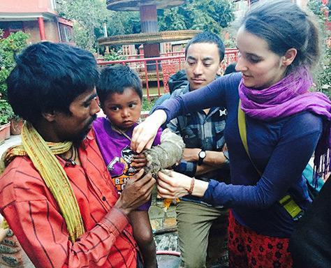 Die Ärztin Rebecca versorgt ein kleines Mädchen in einer Klinik, die von Shantri unterstützt wird